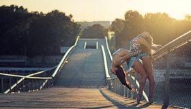 Картинка: Девушки, гимнастки, изгиб, блондинка, брюнетка, мост, солнце, вечер