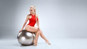 Картинка: Фитнес, мяч, купальник, красный, девушка, фигура, косичка, сидит, ножки