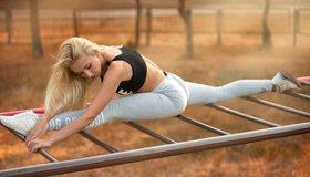 Картинка: Девушка, блондинка, Яна Кузьмина, растяжка, шпагат, занятие, тренировка, гибкость, кроссовки, парк, утро, лестница