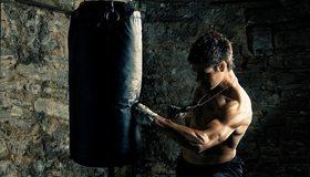 Картинка: Мужчина, спортсмен, груша, удар