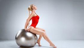 Картинка: Фитнес, мяч, фигура, девушка, косичка, купальник, красный, ножки, сидит