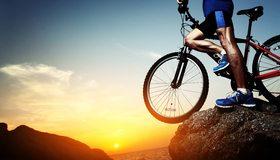 Картинка: Мужчина, ноги, кроссовки, велосипед, утёс, камень, закат, море, пейзаж, небо, солнце