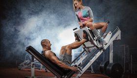Картинка: Мужчина, девушка, тренажер, крик, дым, спортзал