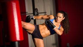 Картинка: Девушка, боксёр, удар ногой, груша, перчатки, пресс, волосы
