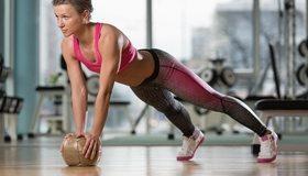 Картинка: Девушка, мяч, сдутый, упражнение, тренажёрный зал