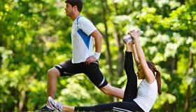Картинка: Мужчина, девушка, упражнения, разминка, свежий воздух, природа, зелень