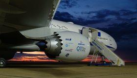 Картинка: Boeing, 747-8, самолёт, аэропорт, лестница, трап, сумерки
