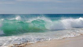 Картинка: Море, океан, вода, волны, брызги, пена, берег, песок, суша, небо, горизонт