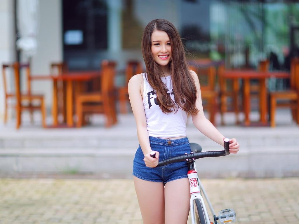 Картинка: Девушка, улыбка, велосипед, джинсовые шорты, ресторан