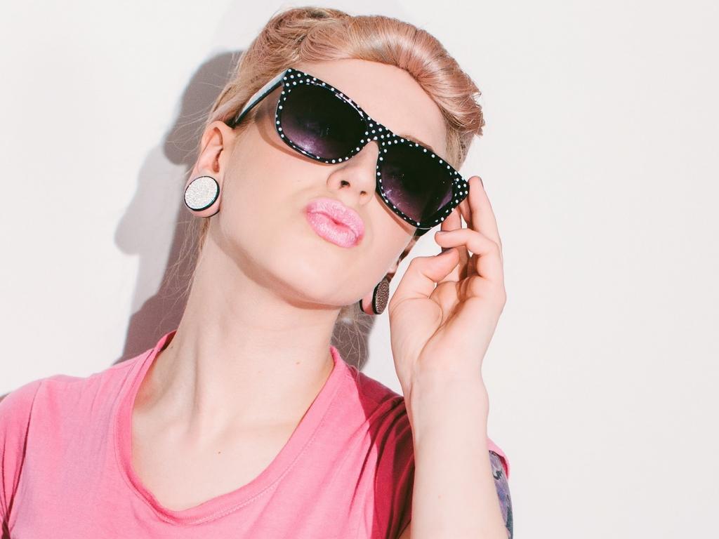 Картинка: гламурная, блондинка, девушка, чёрные очки, лицо, губки, уточки