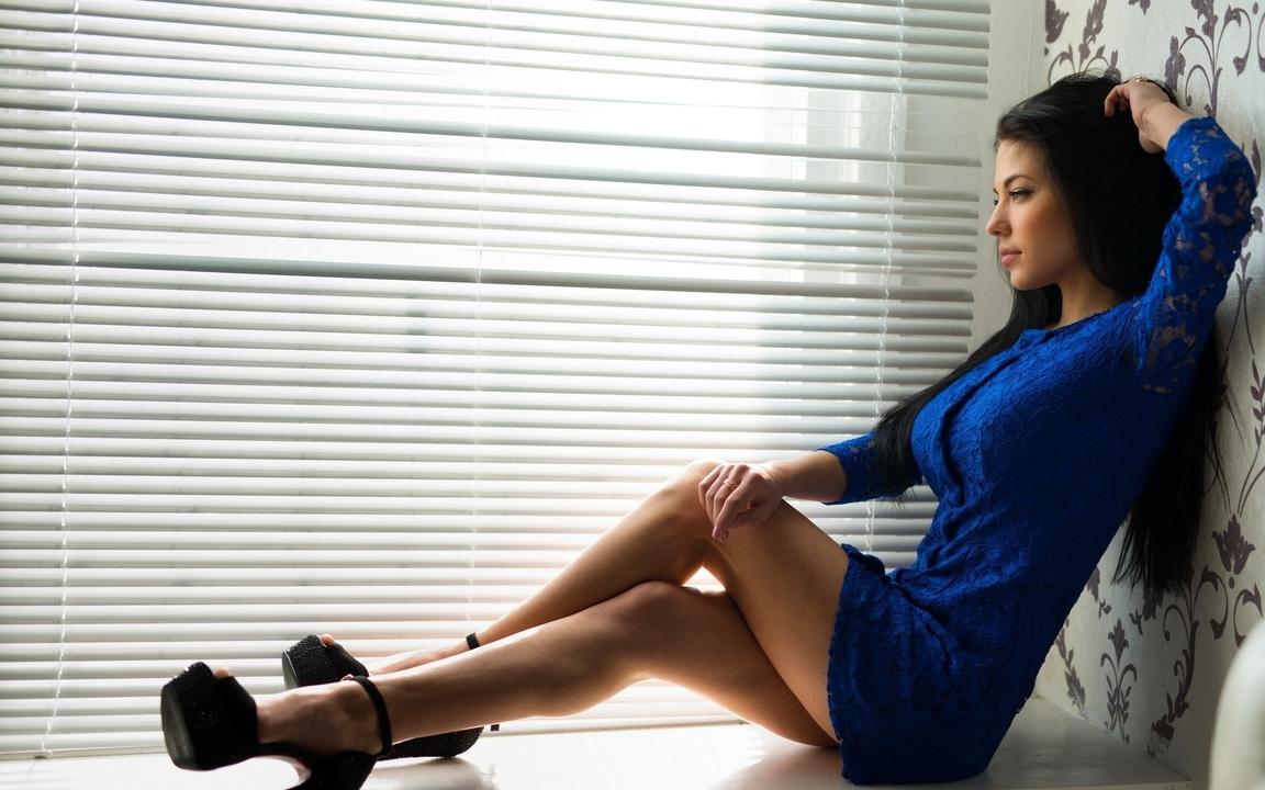 Картинка: Марина Шимкович, сидит, окно, подоконник, позирует, взгляд, платье, жалюзи, брюнетка