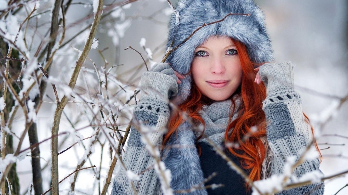 Картинка: Девушка, лицо, улыбка, рыжая, шапка, меховая, зима, ветки, снег