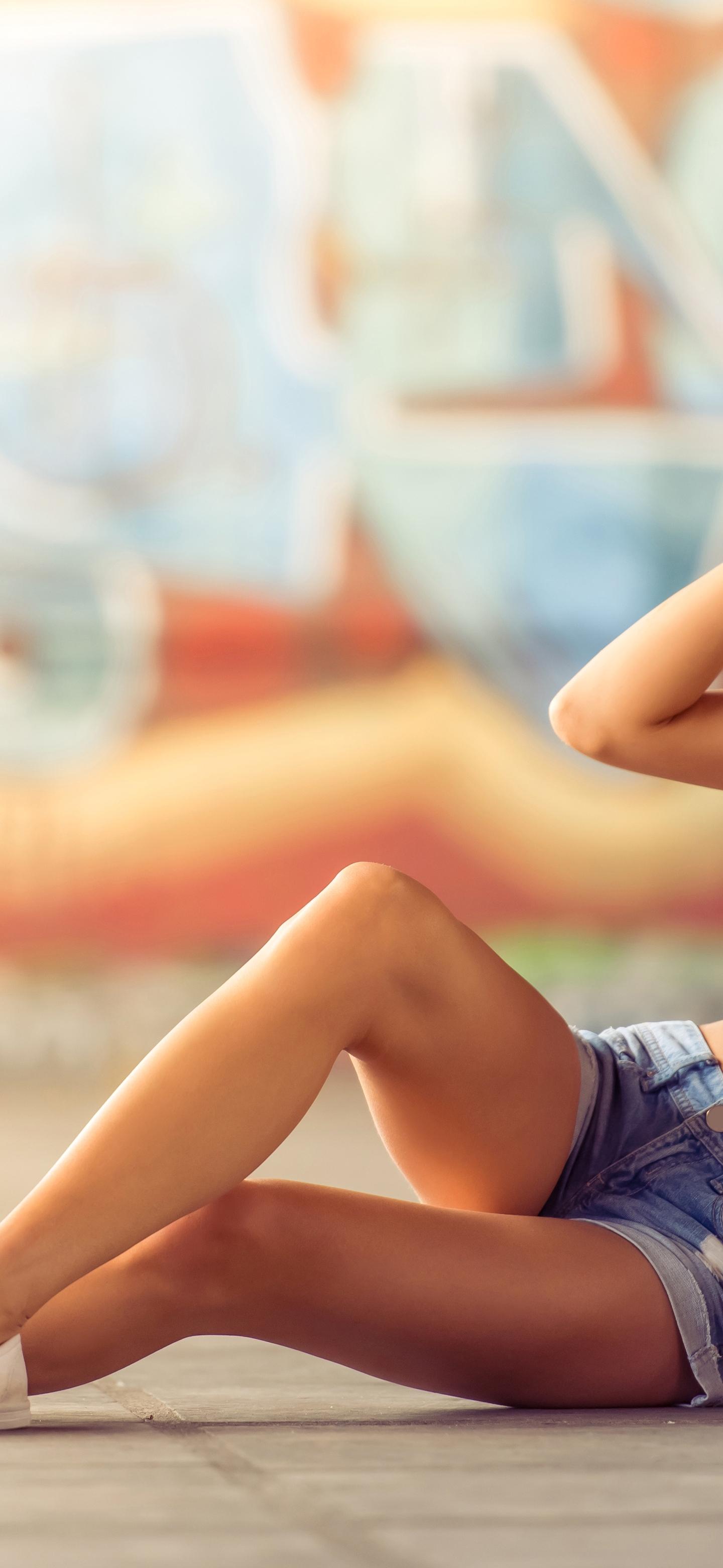 Картинка: Девушка, блондинка, кепка, очки, лежит, скейтборд, граффити
