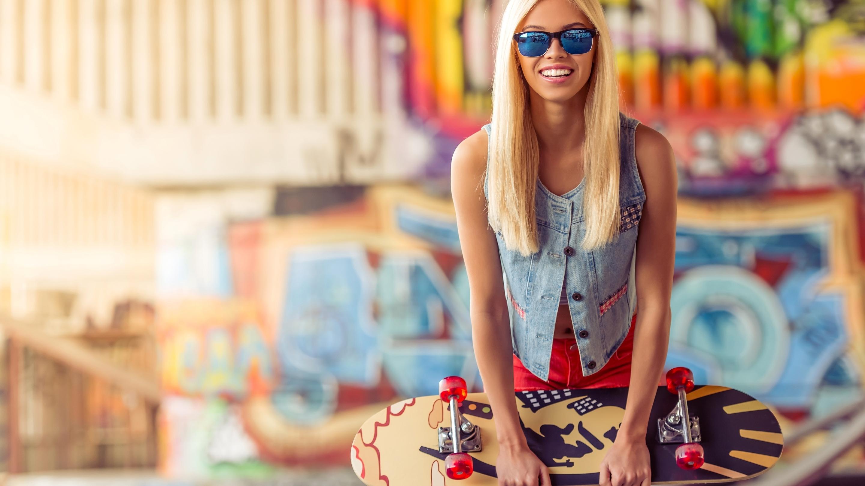 Картинка: Блондинка, очки, улыбка, скейтборд, размытость, граффити