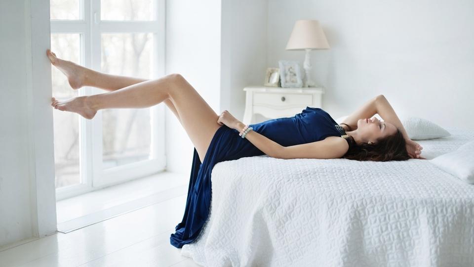 Картинка: Девушка, Екатерина Тимохина, вечернее платье, лежит, кровать, ножки, комната, торшер